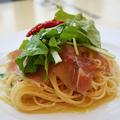料理メニュー写真パルマ産生ハムとルッコラのペペロンチーノスパゲティ