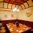 【八幡平の間】可愛らしいデザインとシックな雰囲気が特徴的な個室席です。お席も余裕のある配置になっておりますのでご利用人数がピッタリでもゆったりと寛ぎながらお食事をお楽しみ頂けます。