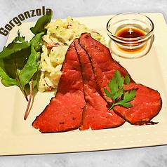 料理メニュー写真ローストビーフとゴルゴンゾーラのポテトサラダ