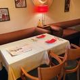 【1F】テーブル席、壁側はソファー席となっております。2名様からでもご利用可能です。