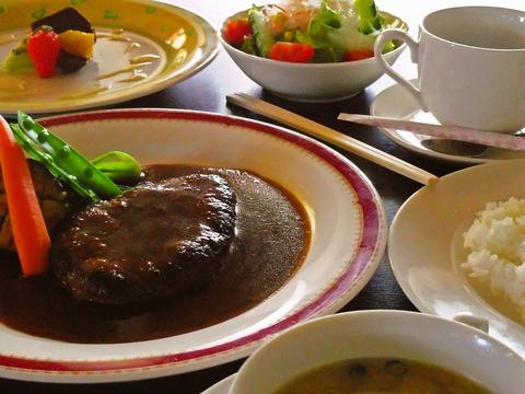昼は麺類、夜は洋食をリーズナブルに楽しめる。豊富なメニューも嬉しい!
