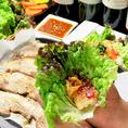 通常のサムギョプサルはもちろんのこと、味噌やコチュジャンといった定番のサムギョプサルやワインやカレーなど変わり種のサムギョプサルがお楽しみ頂けます♪サムギョプサルにぴったりなキムチやサンチュももちろん食べ放題!ぜひ、心ゆくまでお楽しみください!