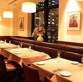 【女子会・合コン・ご家族に最適】広々としたテーブル席は、ゆったりできるソファーのお席となっております。ご家族、ご友人でのお食事に最適。ランチ、アフタヌーンティー、ディナーそれぞれ、ぜひお楽しみください。