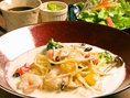 ランチ営業 月~金曜日:11時30分~14時00分まで!Pastaセットは1000円(税込)から・・・トマト&モッツァレラ ・ オイスタージェノベーゼの3種類サラダ・ドリンク付き!