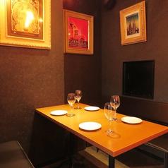 ゆったり広々としたテーブル席♪ダウンライトが落着きのある空間を演出致します…