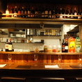 1人~2人飲みならカウンターがおすすめ!目の前のオープンキッチンでライブ感を目や耳で楽しみながらお酒も進みます♪お仕事帰りのサク飲みにもお気軽にお立ち寄りください!