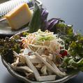 料理メニュー写真きのことベーコンのシーザーサラダ