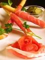 料理メニュー写真ハモンセラーノとグリッシーニ(スペイン産生ハム)