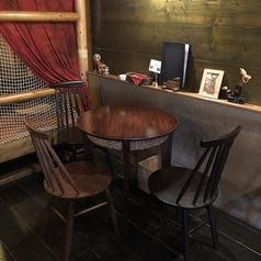 丸テーブルのテーブル席は2名~3名様でご利用いただけます。