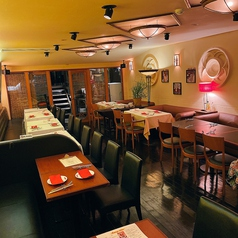 【1F】テーブル席、壁側はソファー席となっております。2名様~40名様までご案内可能となっております。