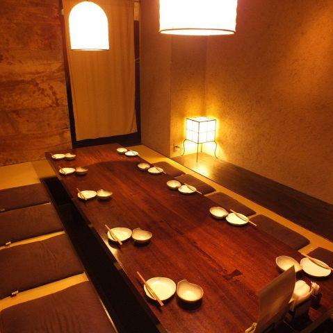 【お座敷席も有り!!12名様が入れる完全個室】足を伸ばしてゆったりとくつろいで頂けるお座敷席の完全個室。落ち着いた空間なので会社の接待にもご利用頂けます。歓迎会、送別会のご予約も承ります!!