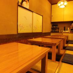お座敷席は最大14名様までお座りいただけます。お席はそれぞれ連結も可能ですので、人数に合わせてお席をお作りいたします。お座敷席は掘りごたつ式ですので足も疲れずご宴会にも最適です!