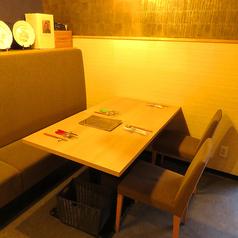 4名様掛けのテーブルは、テーブルを切り離して2名様~利用可。広々とした椅子で、ゆっくりくつろげます!