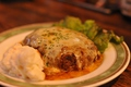 料理メニュー写真鶏肉とピーマンの炒めもの/チーズのせハンバーグ