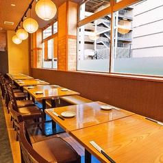 窓側に面した2名様~のテーブル席。2名様、4名様、6名様と幅広くご利用できます♪