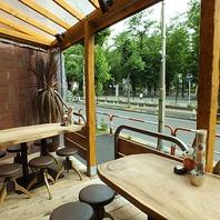 開放的なテラス席