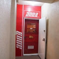 地下へ降りて、赤い扉を開くと当店です!!ぜひお越しください