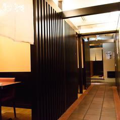 【禁煙席】エアーカーテンで分煙された半個室のテーブル席となっています。
