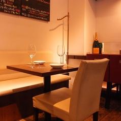 2名様掛けのテーブル席を多くご用意しておりますので、2名様から4名様、8名様でもご利用いただけます。様々なシーンに合わせてご利用ください◇