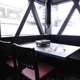 【4名様】テーブル席ではお仲間とワイワイお肉をお楽しみいただけます。店内の換気を定期的に行い感染予防対策を行っております。