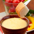 料理メニュー写真グリエールチーズとエメンタールの濃厚チーズフォンデュ
