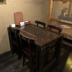 角テーブルは4名様用、6名様用の2種類ございます。人数に応じてテーブルの配置を変更可能です。