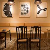 優しい白を基調にした店内。テーブル席は「6名様掛け」、「4名様掛け」、「2名様掛け」の3つご用意。人数に合わせてお席を作ることも可能です。
