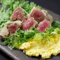 料理メニュー写真近江牛のレア唐揚げ 比良利助卵の葱タルタル