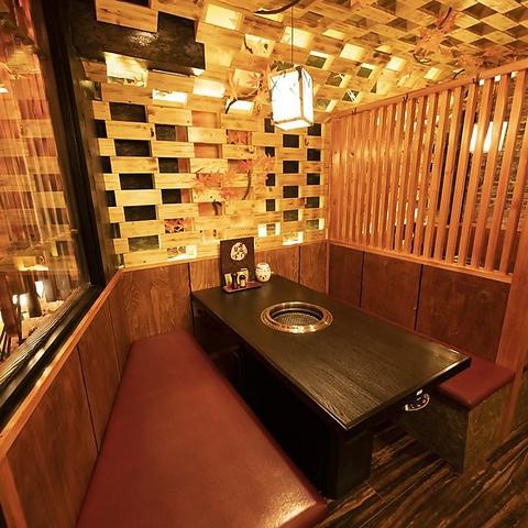 <木目調の内装と暖色が包む空間>個室は2名様~OK!店内はデザイナー監修の、木を基調としたちょっぴり大人な寛ぎ空間となっております。デートや会社の飲み会、家族でのお食事など、様々な人数・シーンにマッチする上質空間◎