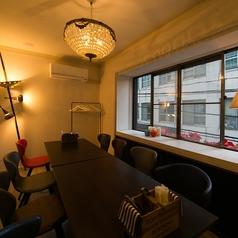 1Fから階段を昇ると、2Fにもお洒落な空間が・・・☆ますます隠れ家感がます2F席は8~12名までの完全個室2部屋完備♪貸切もOK☆※ディナー時、コース以外の個室ご利用のお客様はお一人様500円頂戴致します。