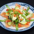 料理メニュー写真サーモンとアボカドのバジリコソース
