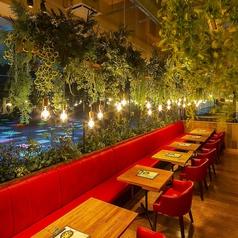 【フリーWi-Fi・全卓コンセント完備】真っ赤なシートが印象的なテーブル席。ちょっとしたパーティーやご宴会にも最適♪最大16名様まで対応可能です。