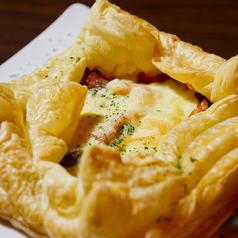 料理メニュー写真ベーコンと木の子のパイ生地ピザ