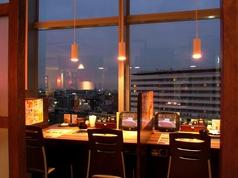 夜景がステキなカウンター席はデートに最適♪