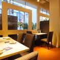 【テーブル 4名掛け×3卓】外の風景を眺めながらお食事できるテーブル席。