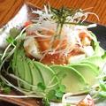 料理メニュー写真サーモンと長芋のユッケ仕立て