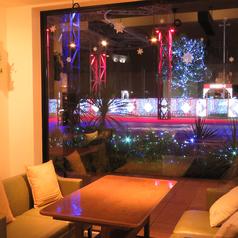 ゆったりとくつろげる窓辺のソファ席も人気です♪デートや女子会、ママ会にお奨めです!