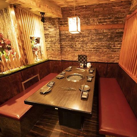 <4~6名様使いに>上質なくつろぎの時間を過ごす宴会個室。少人数での飲み会や焼肉会でご好評をいただいている自慢の内装設備となっております。その他2名~4名、7名様以上のお席もご用意可能です。