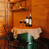テーブル席も2席ご用意しております。友人や同僚との語り飲みに是非◎今宵は、おしゃれな店内におしゃれなカクテルで乾杯しちゃいましょう!時間を忘れて楽しめます♪仲間たちとの楽しい時間をお過ごしください♪