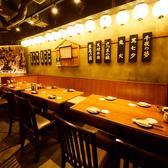 馬刺し、博多とり皮串、チキン南蛮、博多水炊きなど九州料理をご賞味いただける当店は、様々なシーンにご利用いただけます。コース料理は2H飲み放題付きで3500円~。ご宴会のご利用にも最適です。幅広い世代の方にご好評いただいているゆったりとした店内で、美味しいお酒と旬のお料理をご堪能ください!