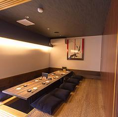 最大10名様までご着席頂ける完全個室がございます。気品溢れる和モダンな雰囲気溢れたこの個室では会食や結納、接待等のかしこまったシーンにも最適です。