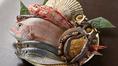 当店の魚料理には、島根県浜田港から直送された魚を使用。アジやのどぐろなど、新鮮な魚介類をご堪能いただけます。刺身では、豊洲市場から仕入れた旬の天然魚ぼお召し上がりいただけます。