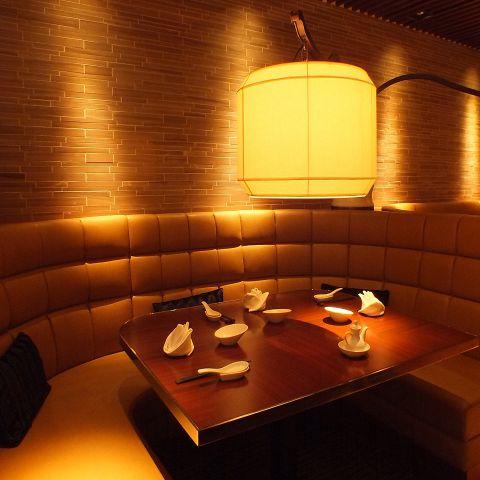 【ソファー席】記念日や誕生日におすすめのソファー席。ゆったりと自分たちだけの空間で美味の中華を味わえる。夜景の見える窓側の席もございます。ご予約はお早めに!!
