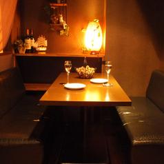 一番人気当店の小上がりソファー席は、落ち着いた雰囲気でお客様を独自の世界観に引き込みます♪こちらのお席は2名様からご利用いただける半個室のお席となっております。