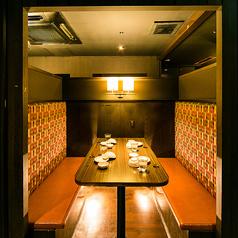 4名様~6名様向けのテーブル席♪和を基調とした落ち着きのある空間でお客様をおもてなし致します。美味しいお酒とおつまみでゆったり楽しいひと時をお過ごしくださいませ。ご宴会,飲み会,二次会,女子会に◎