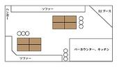 【半立食のレイアウト2】 テーブルを2カ所に分けソファに寄せているので座っての飲食もできるスペースも確保。完全着席のレイアウトよりも動きやすいので大勢と交流しやすい