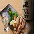 【日本酒×赤鶏塩焼き】素材の持ち味を大切にする鉄板焼は日本酒との相性も抜群です。 地酒の仕入れは時期によっても異なります。お薦めなどはスタッフにお尋ね下さい。 ※日本酒は日替わりでご用意しております。