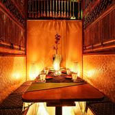 新宿での女子会や友人との飲み会に扉付きの完全個室席をご用意♪間接照明が優しく照らす大人の個室空間は老若男女問わず人気の個室席となっております♪