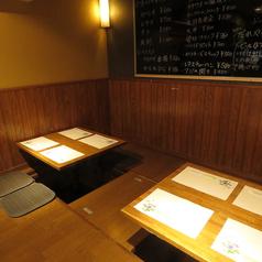 落ち着きあるブラウンのテーブルが印象的な4人掛けのテーブル席♪温かみある木造のテーブルが優しい空間を演出◎居心地もバッチリです☆飲み会やご家族連れなど幅広い層の方にご利用いただけるお席です◎