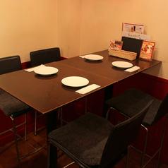 【テーブル席×4名利用】店内奥のお席は四人掛けテーブル席!椅子は高いバルスタイルで♪